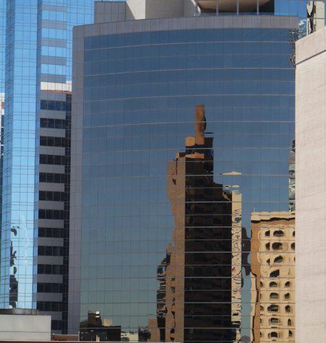 Downtown Phoenix Arizona, spiegeling van de ene hoogbouw in de andere
